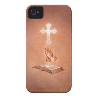 Manos de rogación con la cruz y la biblia iPhone 4 Case-Mate coberturas
