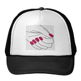 Manos de una señora con los clavos pintados gorros bordados