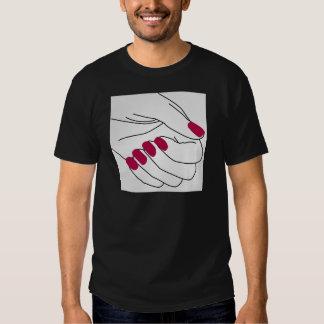 Manos de una señora con los clavos pintados remera