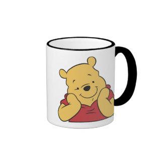 Manos de Winnie the Pooh en la sonrisa de la cara Taza De Dos Colores