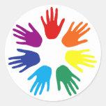 Manos del arco iris etiqueta redonda