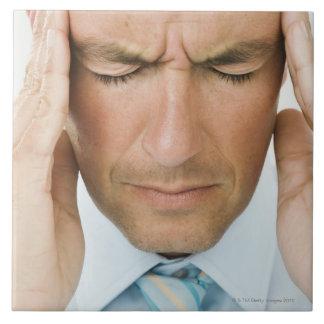 Manos del hombre en la cabeza azulejo cuadrado grande