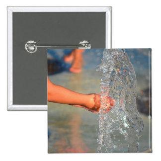 manos del niño en fuente de agua pin cuadrada 5 cm