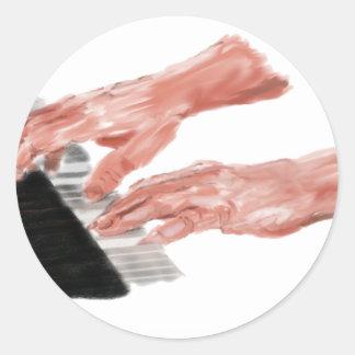 Manos del teclado de piano que juegan diseño de pegatina redonda