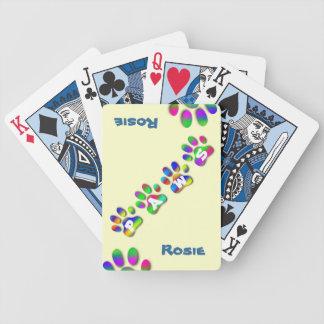 Manos del trato de los seres humanos, patas del tr baraja de cartas