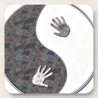 manos del yinyang posavasos