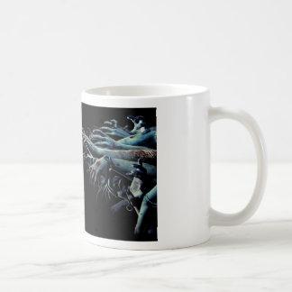 Manos del zombi taza clásica