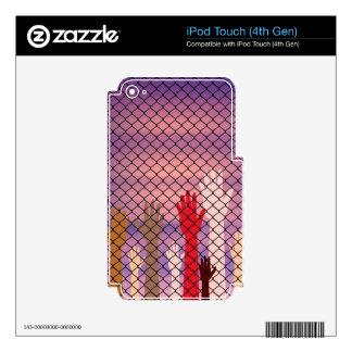 Manos detrás de una cerca de alambre calcomanías para iPod touch 4G