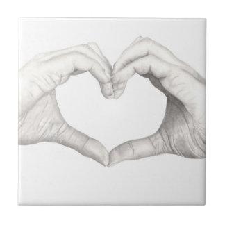 Manos en forma de un corazón azulejo cuadrado pequeño