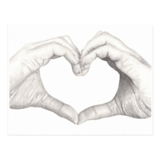 Manos en forma de un corazón tarjeta postal