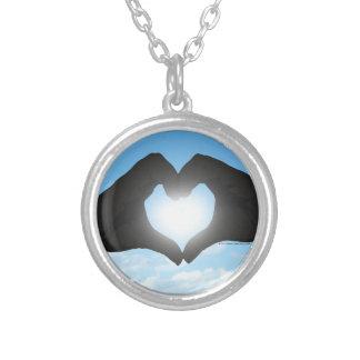 Manos en silueta de la forma del corazón en el collares personalizados