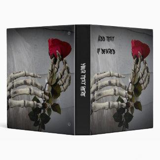 Manos esqueléticas románticas con el rosa rojo peq
