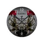 Manos góticas románticas del skelton que sostienen reloj