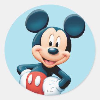 Manos modernas de Mickey el   en caderas Pegatina Redonda