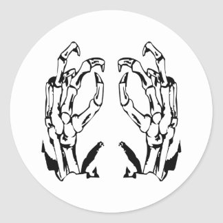 Manos muertas del esqueleto del hombre pegatina redonda