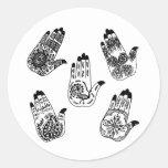 Manos negras del tatuaje de la alheña etiquetas