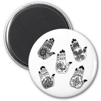 Manos negras del tatuaje de la alheña iman de nevera