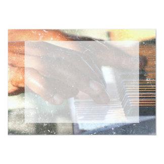 """manos oscuras de la piel que juegan grunge del invitación 5"""" x 7"""""""