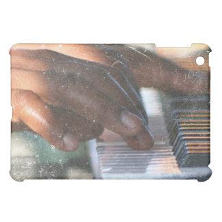 manos oscuras de la piel que juegan grunge del tec