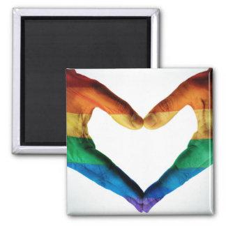 Manos pintadas como corazón del arco iris imán cuadrado