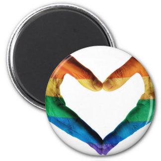 Manos pintadas como corazón del arco iris imán redondo 5 cm