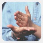 Manos que hacen gesto: uno de mano derecho pegatina cuadrada