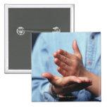 Manos que hacen gesto: uno de mano derecho pin cuadrado