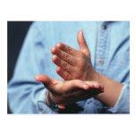 Manos que hacen gesto: uno de mano derecho postal