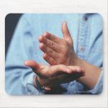 Manos que hacen gesto: uno de mano derecho tapetes de raton