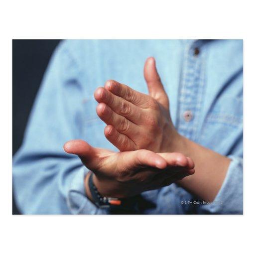 Manos que hacen gesto: uno de mano derecho tarjeta postal
