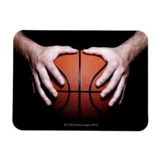 Manos que llevan a cabo un baloncesto imanes flexibles