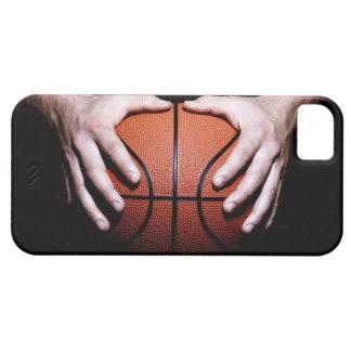 Manos que llevan a cabo un baloncesto iPhone 5 carcasa