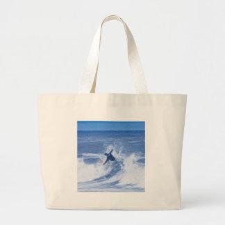 Manos que practican surf de la persona que practic bolsas de mano