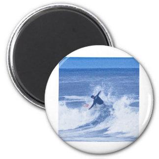 Manos que practican surf de la persona que practic imán redondo 5 cm