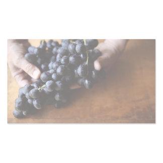 manos que sostienen la tarjeta de visita de las uv