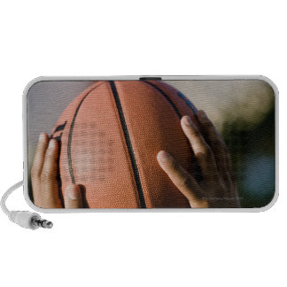 Manos que tiran baloncesto al aire libre altavoz