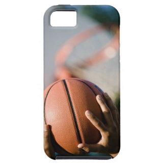 Manos que tiran baloncesto al aire libre iPhone 5 carcasa