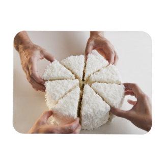 Manos que tiran de rebanadas de la torta imán foto rectangular