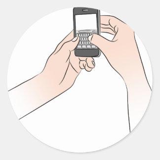 Manos usando Smartphone Pegatina Redonda