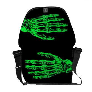 Manos verdes de neón del zombi de Halloween Bolsa Messenger