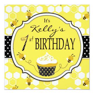 """Manosee cumpleaños de la magdalena de la abeja el invitación 5.25"""" x 5.25"""""""