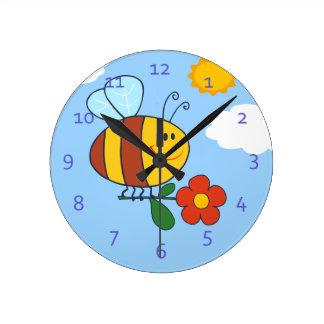 Manosee el diseño del dibujo animado de la abeja reloj redondo mediano