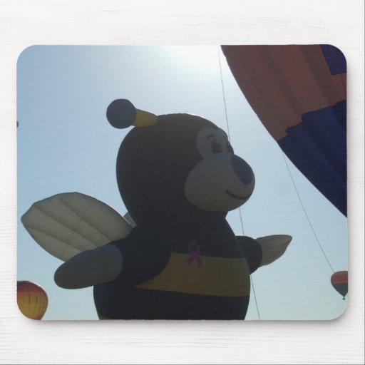 Manosee el globo del aire caliente de la abeja alfombrillas de ratón