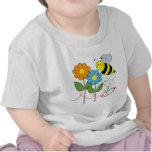 Manosee la abeja con amor de la abeja de las flore camisetas