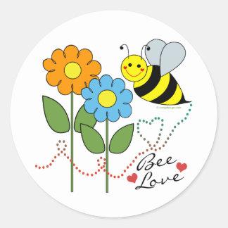 Manosee la abeja con amor de la abeja de las pegatina redonda