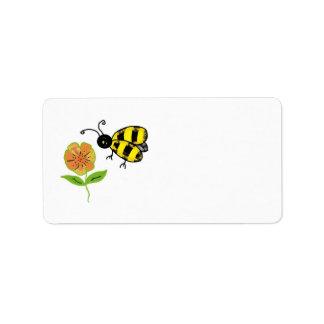 Manosee la abeja con la flor anaranjada etiqueta de dirección