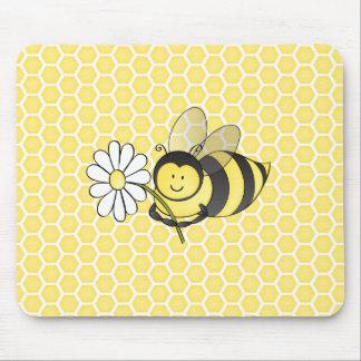 Manosee la abeja con la margarita mousepads