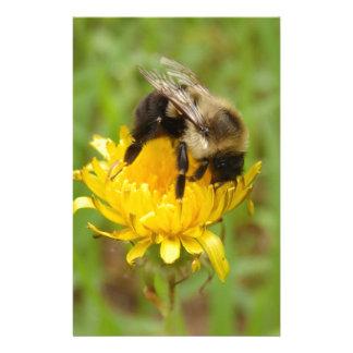 Manosee la abeja en Dandilion amarillo Papeleria
