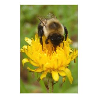 Manosee la abeja en el diente de león amarillo papelería personalizada