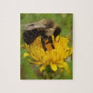 Manosee la abeja en el diente de león amarillo puzzles